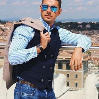 Wie kombinieren: hellbeige Sakko, schwarze Baumwollweste, hellblaues vertikal gestreiftes Businesshemd, blaue Jeans