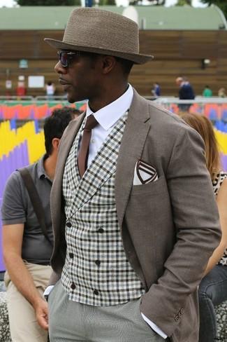 Wie kombinieren: braunes Sakko, braune Weste mit Vichy-Muster, weißes Businesshemd, graue Anzughose