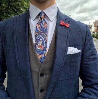 Wie kombinieren: dunkelblaues Sakko mit Karomuster, olivgrüne Weste, weißes Businesshemd, dunkelblaue Krawatte mit Paisley-Muster