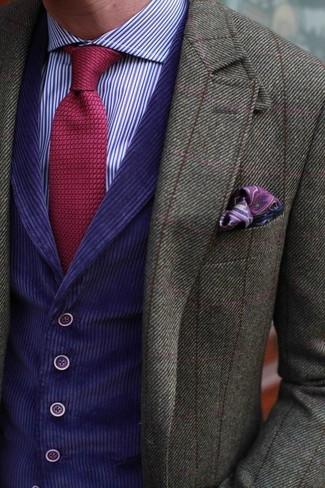 Wie kombinieren: olivgrünes Wollsakko mit Karomuster, violette Weste, violettes vertikal gestreiftes Businesshemd, rote Strick Krawatte