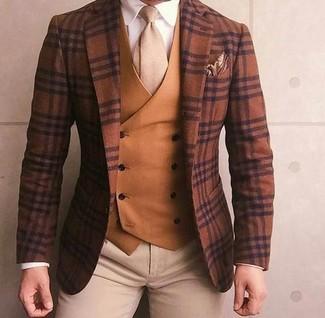 Wie kombinieren: braunes Wollsakko mit Schottenmuster, rotbraune Weste, weißes Businesshemd, hellbeige Chinohose