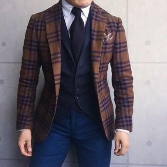 Wie kombinieren: braunes Wollsakko mit Schottenmuster, schwarze Wollweste, weißes Businesshemd, dunkelblaue Chinohose