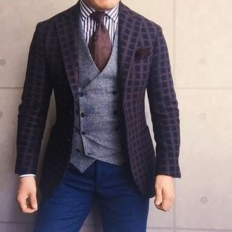 Wie kombinieren: dunkelbraunes Wollsakko mit Karomuster, graue Wollweste mit Schottenmuster, weißes und schwarzes vertikal gestreiftes Businesshemd, dunkelblaue Anzughose
