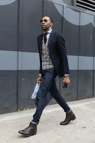 Wie kombinieren: schwarzes Sakko, graue Wollweste mit Schottenmuster, weißes Businesshemd, schwarze enge Jeans