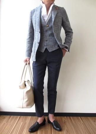 Wie kombinieren: graues Sakko, graue Weste, weißes Businesshemd, dunkelblaue Anzughose