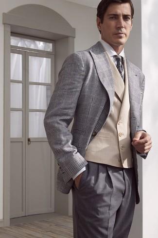 Wie kombinieren: graues Sakko mit Schottenmuster, hellbeige Weste, weißes Businesshemd, graue Anzughose