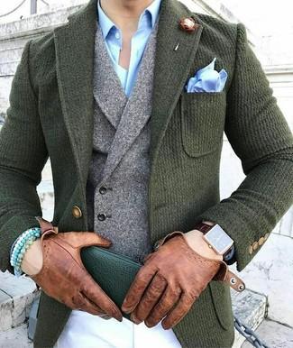 Wie kombinieren: dunkelgrünes Wollsakko, graue Wollweste, hellblaues Businesshemd, weiße Chinohose