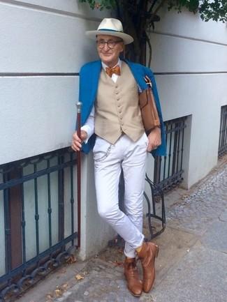 Wie kombinieren: blaues Sakko, hellbeige Weste, weißes Businesshemd, weiße Chinohose