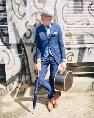 60 Jährige: Blaue Anzughose kombinieren: trends 2020: Entscheiden Sie sich für ein blaues Sakko mit Schottenmuster und eine blaue Anzughose, um vor Klasse und Perfektion zu strotzen. Beige Leder Derby Schuhe sind eine gute Wahl, um dieses Outfit zu vervollständigen.