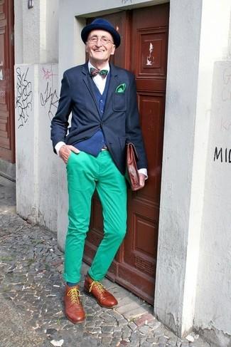 Wie kombinieren: schwarzes Sakko, dunkelblaue Weste, weißes Businesshemd, grüne Chinohose