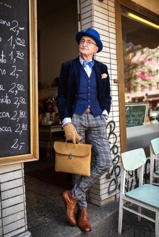 Wie kombinieren: dunkelblaues Samtsakko, blaue Weste, weißes Businesshemd, graue Wollanzughose mit Schottenmuster
