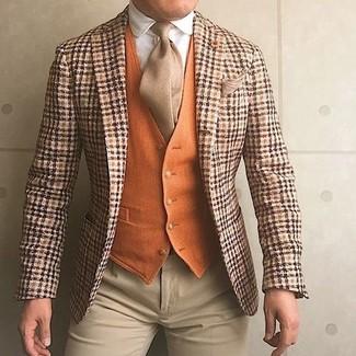 Wie kombinieren: orange Wollsakko mit Schottenmuster, orange Wollweste, weißes Businesshemd, hellbeige Anzughose