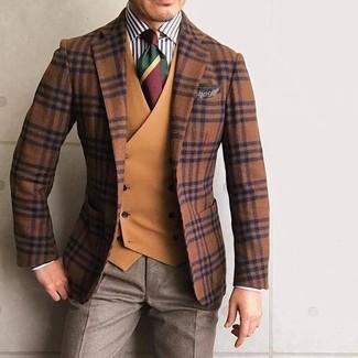 Wie kombinieren: rotbraunes Wollsakko mit Schottenmuster, rotbraune Weste, weißes und schwarzes vertikal gestreiftes Businesshemd, braune Anzughose