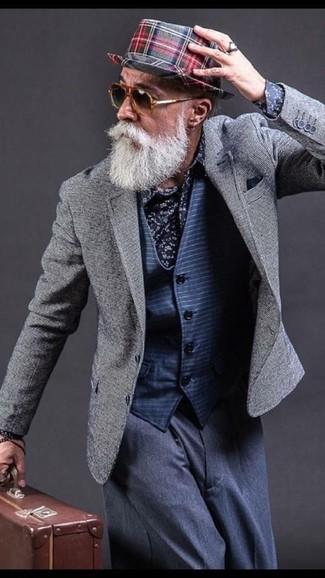 Wie kombinieren: graues Sakko, dunkelblaue horizontal gestreifte Weste, dunkelblaues Businesshemd mit Blumenmuster, dunkelblaue Anzughose
