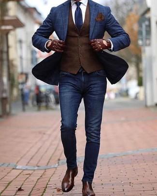 Wie kombinieren: dunkelblaues Sakko mit Karomuster, dunkelbraune Weste, weißes Businesshemd, dunkelblaue enge Jeans