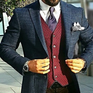 Violette Seidekrawatte kombinieren – 13 Herren Outfits: Kombinieren Sie ein dunkelblaues Tweed Sakko mit einer violetten Seidekrawatte für eine klassischen und verfeinerte Silhouette.