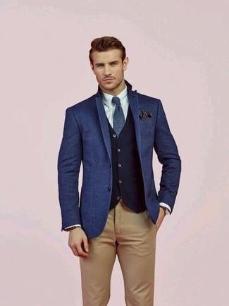 Wie kombinieren: blaues Wollsakko, dunkelblaue Wollweste, weißes Businesshemd, beige Chinohose