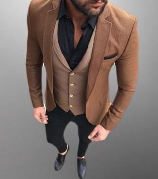 Wie kombinieren: braunes Wollsakko, braune Wollweste, schwarzes Businesshemd, schwarze enge Jeans