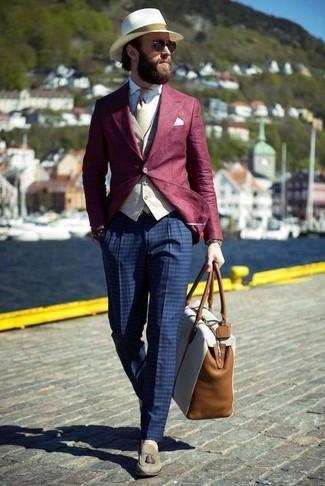 Wie kombinieren: dunkelrotes Sakko, hellbeige Weste, weißes Businesshemd, dunkelblaue Anzughose mit Karomuster