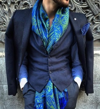 Wie kombinieren: schwarzes Sakko, dunkelblaue vertikal gestreifte Weste, blaues vertikal gestreiftes Businesshemd, schwarze Anzughose