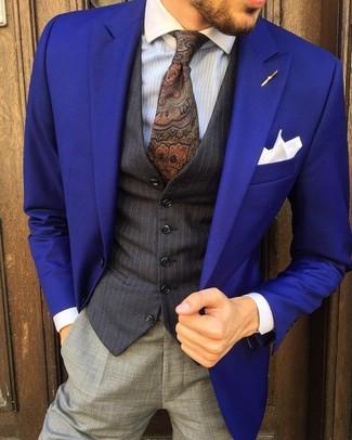 Wie kombinieren: violettes Sakko, schwarze vertikal gestreifte Weste, hellblaues vertikal gestreiftes Businesshemd, graue Anzughose