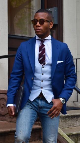 Wie kombinieren: blaues Sakko, hellblaue Weste, weißes Businesshemd, blaue enge Jeans mit Destroyed-Effekten