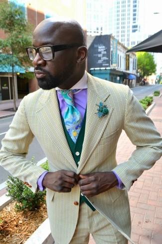 Hellblaue bedruckte Krawatte kombinieren: trends 2020: Erwägen Sie das Tragen von einem gelben Sakko mit Karomuster und einer hellblauen bedruckten Krawatte, um vor Klasse und Perfektion zu strotzen.