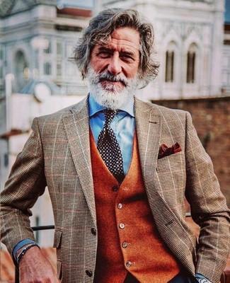 Wie kombinieren: braunes Sakko mit Karomuster, orange Wollweste, hellblaues Businesshemd, schwarze und weiße gepunktete Krawatte
