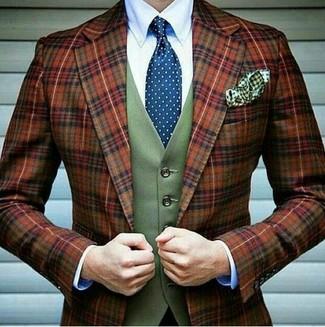 Wie kombinieren: rotbraunes Wollsakko mit Schottenmuster, olivgrüne Wollweste, weißes Businesshemd, blaue gepunktete Krawatte