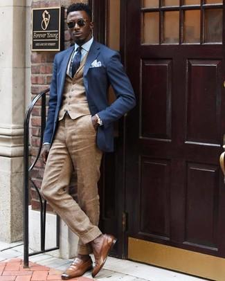 Wie kombinieren: dunkelblaues Sakko, beige Weste, hellblaues Businesshemd, beige Leinen Anzughose