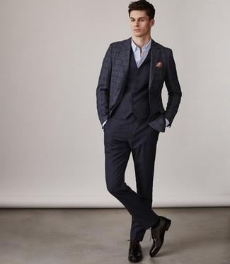 Wie kombinieren: dunkelblaues Wollsakko mit Schottenmuster, dunkelblaue Weste, weißes Businesshemd, dunkelblaue Anzughose