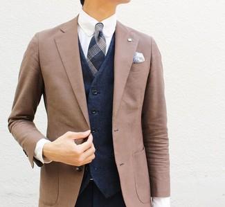 Wie kombinieren: braunes Sakko, dunkelblaue Weste, weißes Businesshemd, dunkelblaue Anzughose