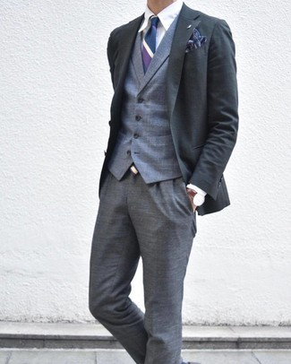 Wie kombinieren: dunkelgraues Sakko, graue Weste mit Schottenmuster, weißes Businesshemd, graue Anzughose mit Schottenmuster