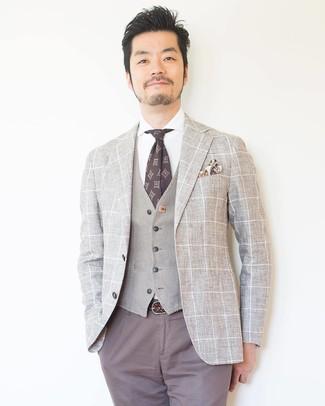 Wie kombinieren: hellbeige Sakko mit Karomuster, hellbeige Weste, weißes Businesshemd, graue Chinohose