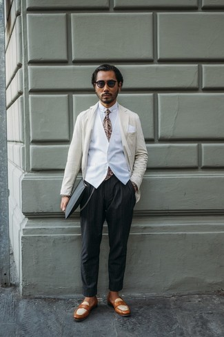 Wie kombinieren: hellbeige vertikal gestreiftes Sakko, weiße Weste, weißes Businesshemd, schwarze vertikal gestreifte Chinohose
