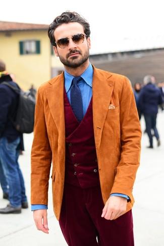 Wie kombinieren: orange Wildledersakko, dunkelrote Cordweste, blaues Chambray Businesshemd, dunkelrote Anzughose aus Cord
