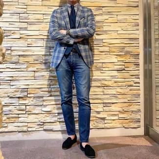 Wie kombinieren: dunkelblaues Sakko mit Schottenmuster, dunkelblaue Weste, weißes und dunkelblaues vertikal gestreiftes Businesshemd, dunkelblaue Jeans
