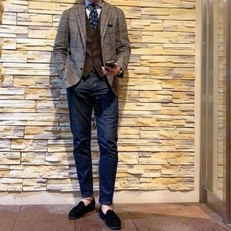 Braunes Sakko mit Karomuster kombinieren: trends 2020: Kombinieren Sie ein braunes Sakko mit Karomuster mit dunkelblauen Jeans, um mühelos alles zu meistern, was auch immer der Tag bringen mag. Ergänzen Sie Ihr Outfit mit schwarzen Wildleder Slippern mit Quasten, um Ihr Modebewusstsein zu zeigen.