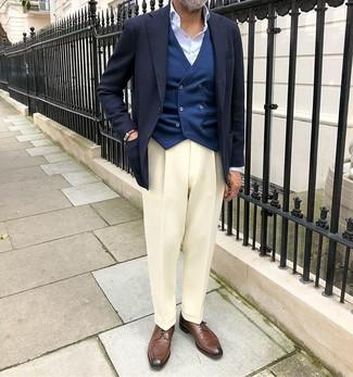 Dunkelblaue Weste kombinieren: Etwas Einfaches wie die Wahl von einer dunkelblauen Weste und einer weißen Anzughose kann Sie von der Menge abheben. Suchen Sie nach leichtem Schuhwerk? Entscheiden Sie sich für braunen Leder Derby Schuhe für den Tag.