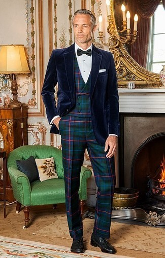 Wie kombinieren: dunkelblaues Samtsakko, dunkelgrüne Weste mit Schottenmuster, weißes Businesshemd, dunkelgrüne Anzughose mit Schottenmuster
