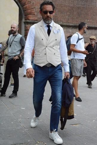 Dunkelblaues Sakko kombinieren: trends 2020: Erwägen Sie das Tragen von einem dunkelblauen Sakko und dunkelblauen Jeans für Drinks nach der Arbeit. Weiße Leder niedrige Sneakers leihen Originalität zu einem klassischen Look.