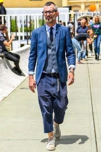 Hellblaues Businesshemd kombinieren: trends 2020: Die Kombination aus einem hellblauen Businesshemd und einer dunkelblauen Chinohose eignet sich hervorragend zum Ausgehen oder für modisch-lässige Anlässe. Suchen Sie nach leichtem Schuhwerk? Wählen Sie weißen Leder niedrige Sneakers für den Tag.