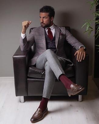 Lila Weste kombinieren – 7 Herren Outfits: Kombinieren Sie eine lila Weste mit einer grauen Anzughose für eine klassischen und verfeinerte Silhouette. Suchen Sie nach leichtem Schuhwerk? Vervollständigen Sie Ihr Outfit mit dunkelbraunen Leder Slippern für den Tag.