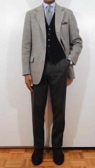 Graues Sakko mit Fischgrätenmuster kombinieren – 37 Herren Outfits: Kombinieren Sie ein graues Sakko mit Fischgrätenmuster mit einer dunkelgrauen Anzughose für einen stilvollen, eleganten Look. Fühlen Sie sich mutig? Wählen Sie schwarzen Wildleder Oxford Schuhe.