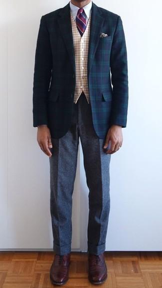 Dunkelgraue Wollchinohose kombinieren: trends 2020: Kombinieren Sie ein dunkelblaues und grünes Sakko mit Schottenmuster mit einer dunkelgrauen Wollchinohose für Drinks nach der Arbeit. Fühlen Sie sich mutig? Wählen Sie dunkelroten Leder Oxford Schuhe.