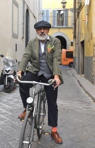 Graue Weste kombinieren: trends 2020: Paaren Sie eine graue Weste mit einer schwarzen Chinohose für eine klassischen und verfeinerte Silhouette. Komplettieren Sie Ihr Outfit mit braunen Leder Derby Schuhen.