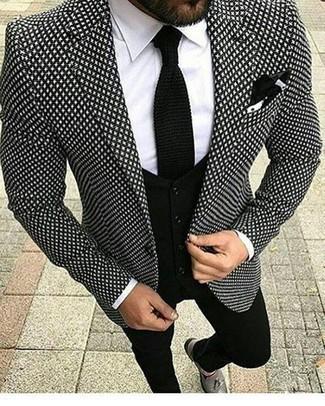 Schwarze Strick Krawatte kombinieren: trends 2020: Entscheiden Sie sich für ein schwarzes und weißes bedrucktes Sakko und eine schwarze Strick Krawatte für eine klassischen und verfeinerte Silhouette. Komplettieren Sie Ihr Outfit mit grauen Leder Slippern mit Quasten.