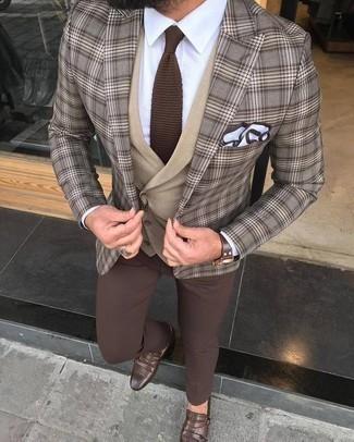 Braune Strick Krawatte kombinieren: trends 2020: Paaren Sie ein braunes Sakko mit Schottenmuster mit einer braunen Strick Krawatte für eine klassischen und verfeinerte Silhouette. Braune Doppelmonks aus Leder fügen sich nahtlos in einer Vielzahl von Outfits ein.