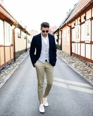 Hellblaue Weste kombinieren: trends 2020: Paaren Sie eine hellblaue Weste mit einer beige Chinohose für eine klassischen und verfeinerte Silhouette. Wenn Sie nicht durch und durch formal auftreten möchten, vervollständigen Sie Ihr Outfit mit weißen Segeltuch niedrigen Sneakers.