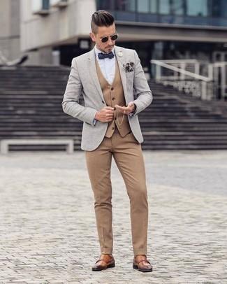 Dunkelblaues und weißes bedrucktes Einstecktuch kombinieren: trends 2020: Ein graues Sakko und ein dunkelblaues und weißes bedrucktes Einstecktuch sind eine kluge Outfit-Formel für Ihre Sammlung. Rotbraune Doppelmonks aus Leder sind eine einfache Möglichkeit, Ihren Look aufzuwerten.